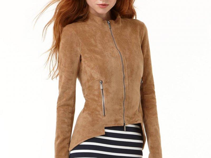 Девушка в замшевой куртке