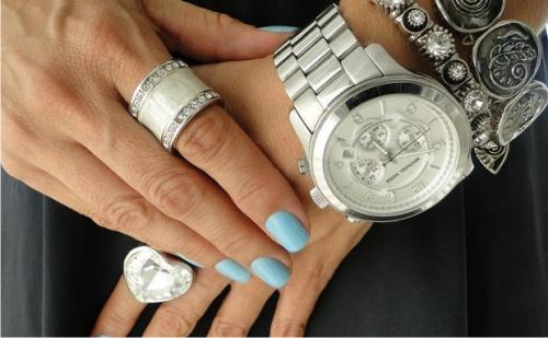 Часы и кольца на руке